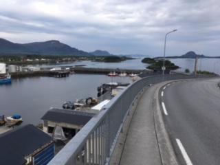 Widok z mostu na marine oraz część lotniska.