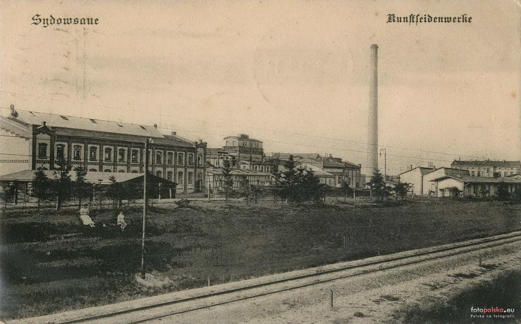 Fabryka w Żydowcach, w oddali potężny 250m komin