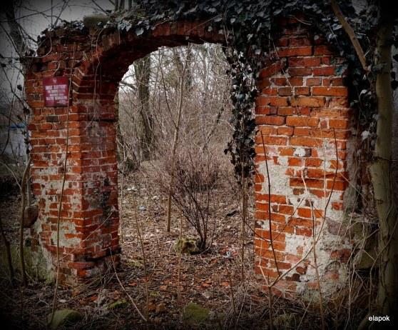 Ruiny bramy cmentarnej przy ulicy Bielańskiej